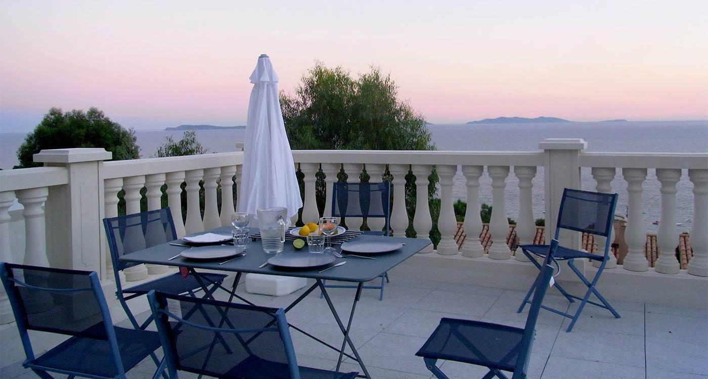 La terrasse de la maison à louer au Rayol avec vue sur la mer Rayol-Canadel-sur-Mer