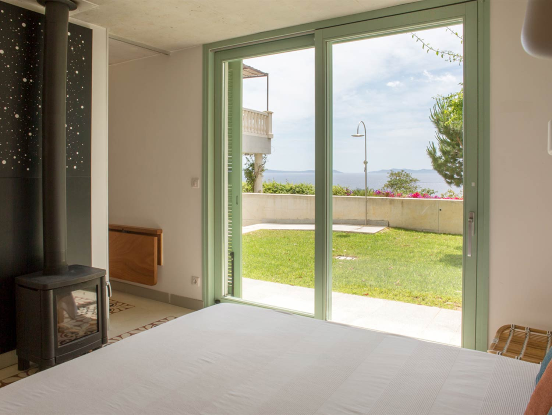cabanon-vue-terrasse Salle de bain maison de prestige en location au Rayol