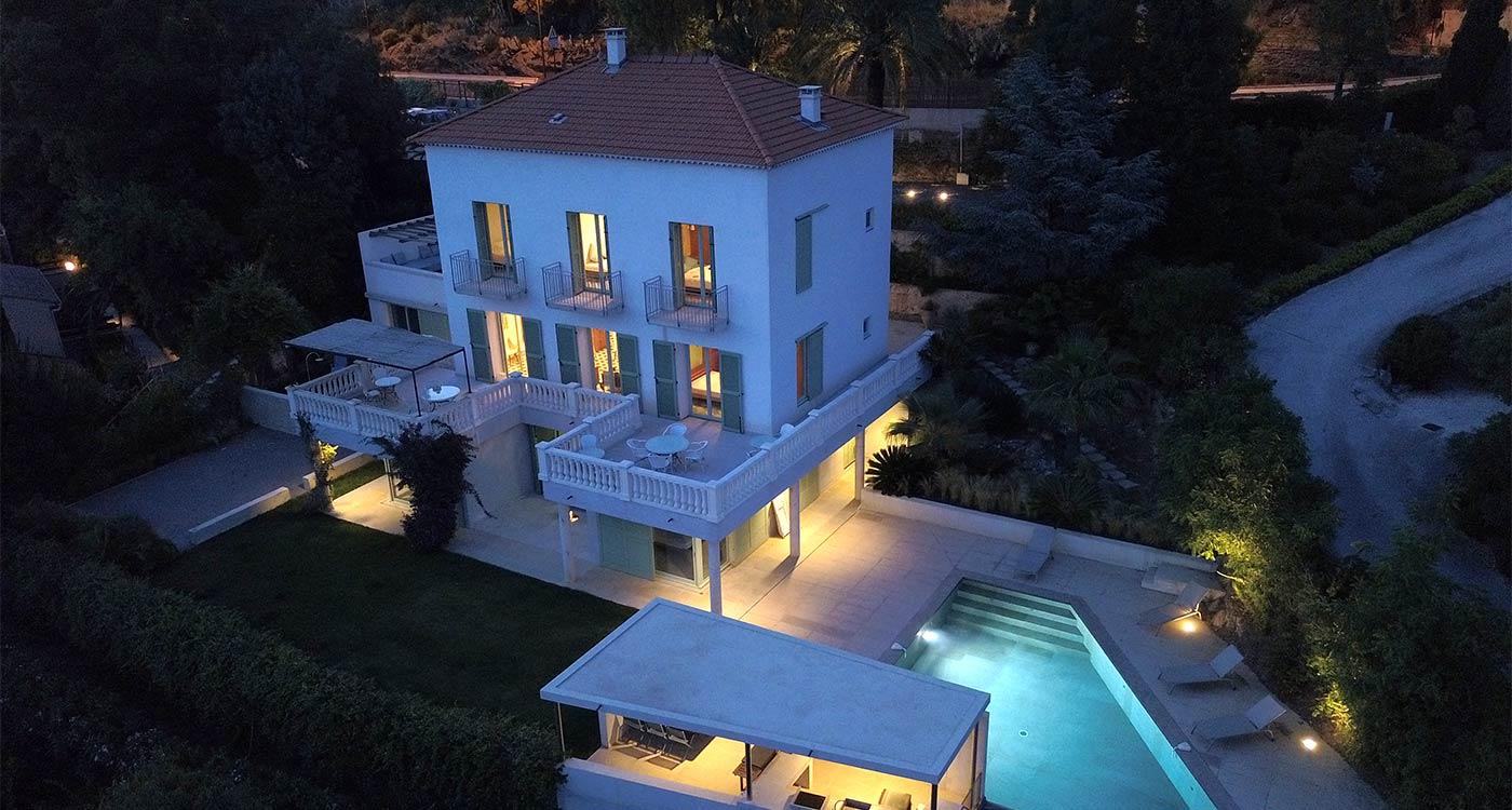 Vue aérienne de nuit de la maison à louer au Rayol